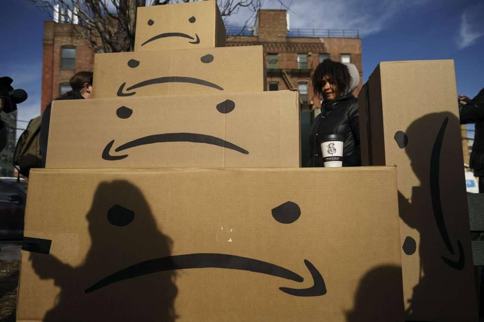 Protestas contra la llegada de Amazon, invirtiendo su logo, en Nueva York.