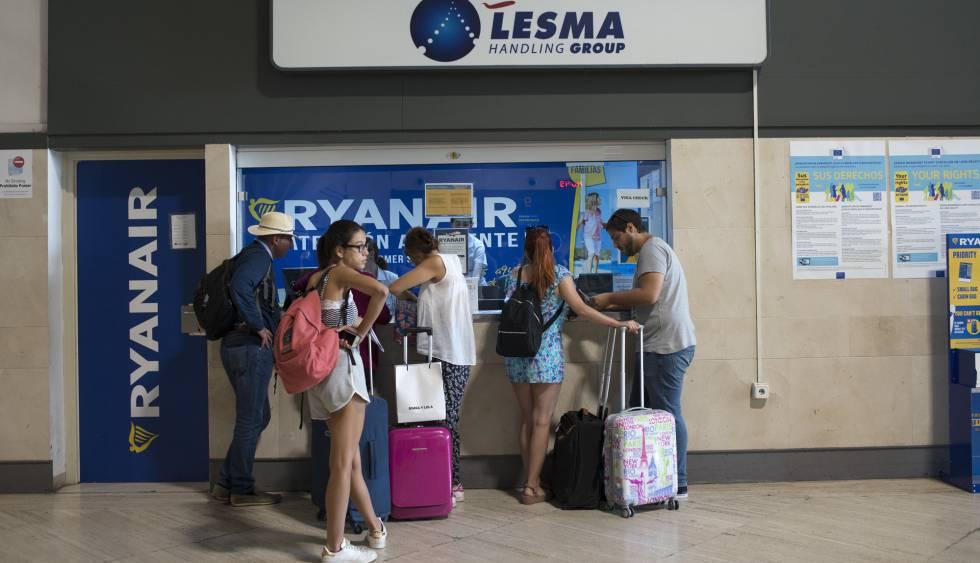 Pasajeros protestante ante la ventanilla de atención al cliente de Ryanair en Barcelona.