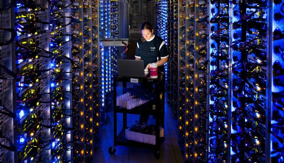 Una empleada trabaja en un servidor.