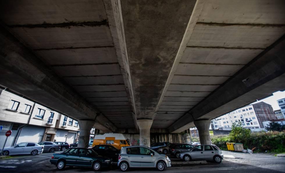 Viaducto en mal estado en la carretera FE-13, que atraviesa Ferrol (A Coruña), en una imagen tomada ayer.