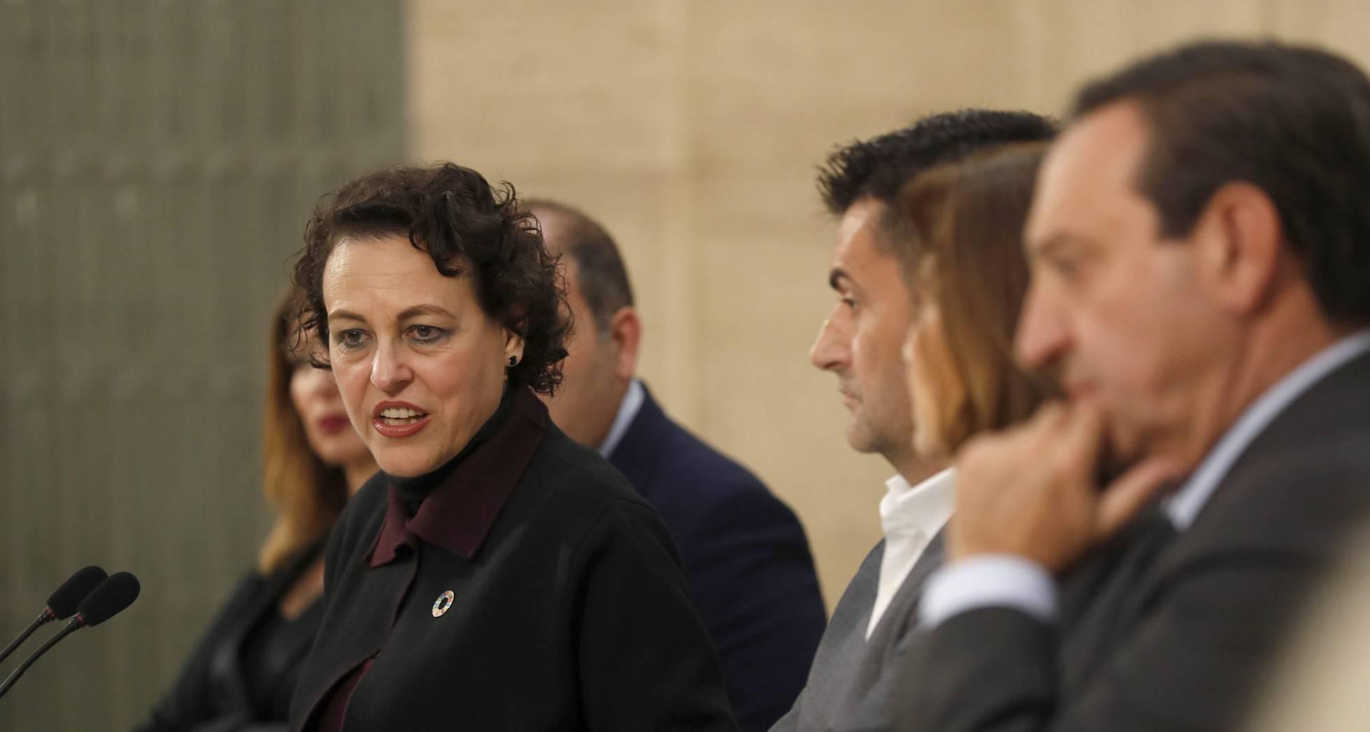 La ministra Magdalena Valerio, con representantes de las asociaciones de autónomos. Luis Sevillano