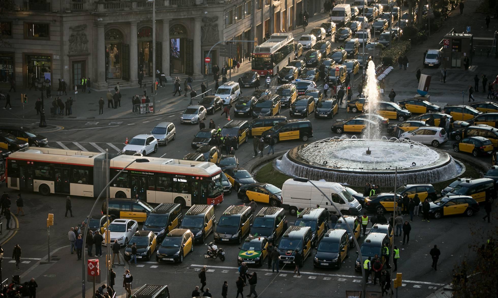 Vista general del epicentro de la protesta en Barcelona (Gran Vía con Paseo de Gracia), este lunes.
