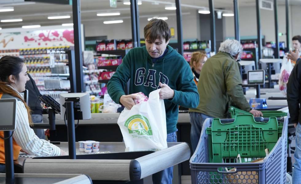 Uno de los clientes de Mercadona con las nuevas bolsas fabricadas con entre el 50 y 70% de plástico reciclado.