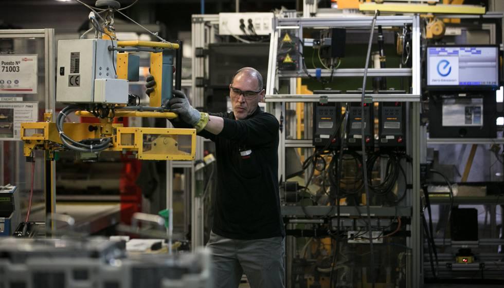 Zona de montaje de baterias para los vehiculos electricos en la planta de Nissan de Barcelona.
