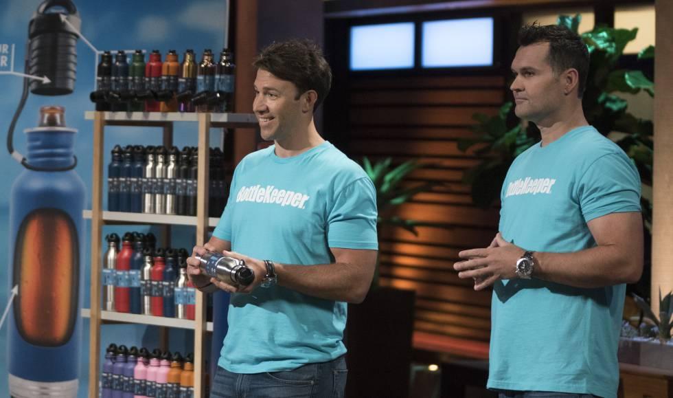 Adam Callinan y Matt Campbell, fundadores de Bottlekeeper, con su invento para conservar botellas frías.
