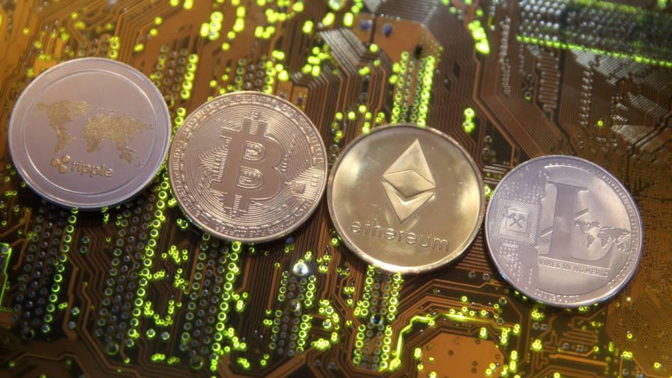 Representación de cuatro monedas virtuales sobre una placa madre.