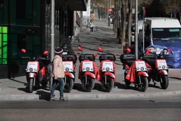 Motos eléctricas de uso compartido en el centro de Madrid.