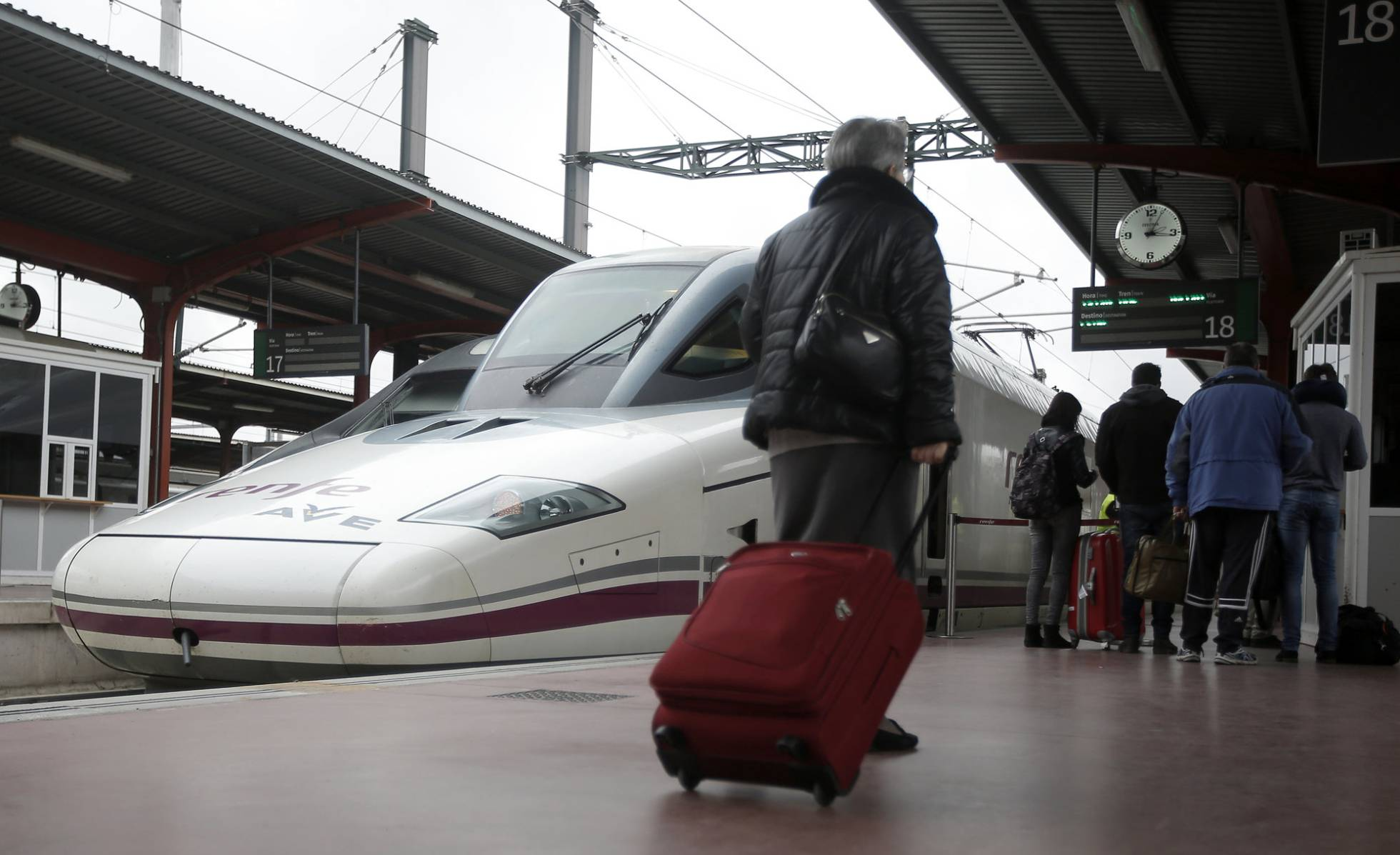 Tren AVE estacionado en la estación de Chamartín en Madrid. Carlos Rosillo
