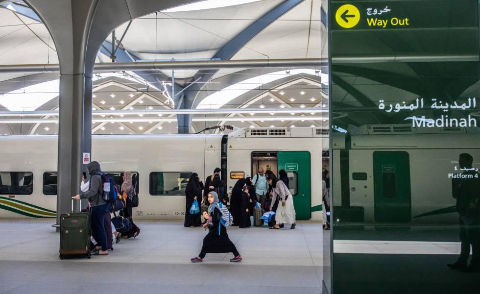 Los viajeros abandonan el tren tras la llegada a Medina.