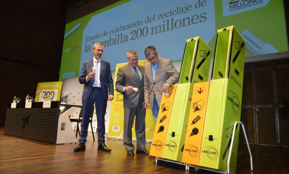 El secretario de Estado de Medio Ambiente, Hugo Morán, con el presidente y el director general de Ambilamp, Benito Rodríguez y Juan Carlos Enrique, este martes en el CaixaForum.