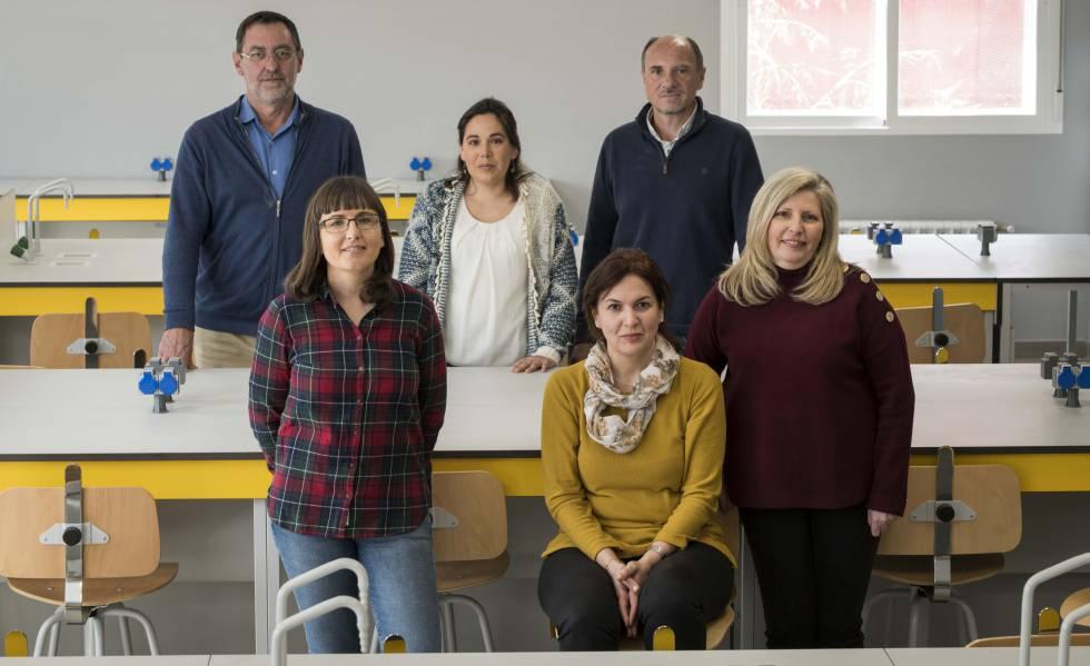 Equipo directivo del IES Miguel Catalán, en Coslada. De derecha a izquierda, detrás, Ángel García, Lidia Romero y Javier Lluch; delante, Olivia Reguera, Yolanda Cano y Salomé González.