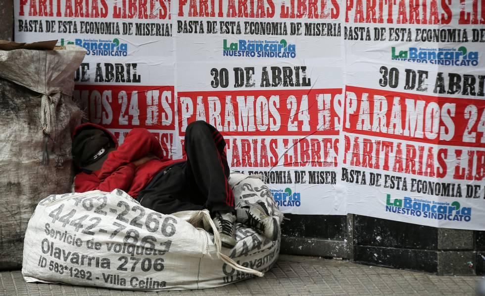 Un hombre duerme en la calle en el centro de Buenos Aires.