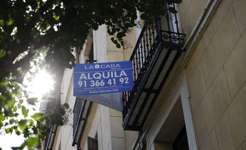 Cartel de alquiler de una vivienda en Madrid.