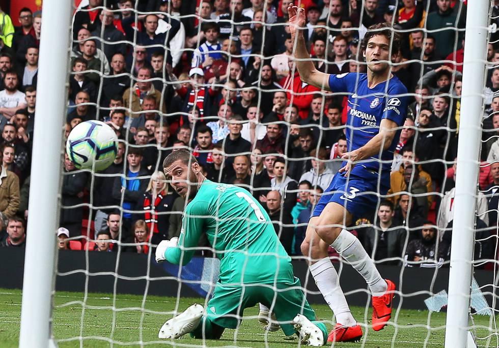Los futbolistas españoles David de Gea (Manchester United) y Marcos Alonso (Chelsea) se enfrentan en un partido de la Premier League inglesa.