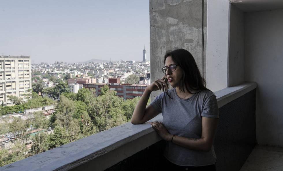 Adriana Gómez es diseñadora de joyería, aunque nunca ha tenido un empleo formal, asegura que prefiere trabajar por su cuenta.