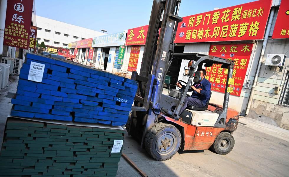 Un empleado mueve palés en una firma manufacturera de Shangái (China).