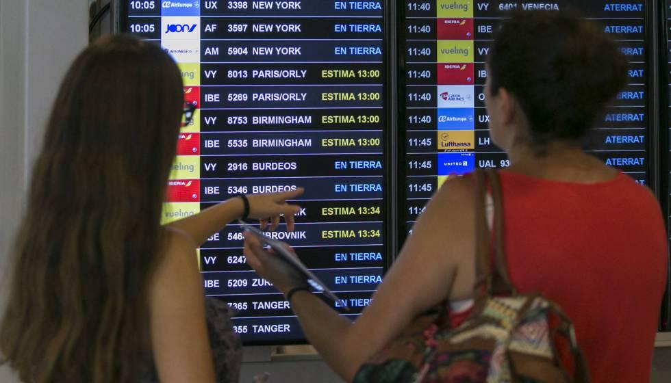 Una pantalla informativa del aeropuerto del Prat (Barcelona).