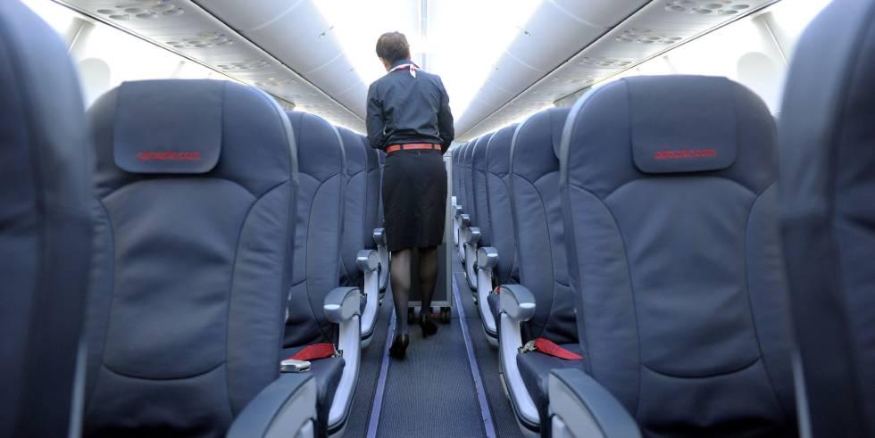 Una azafata transporta un carro con comida en un Boeing 737.Caroline Seidel (Getty Images)