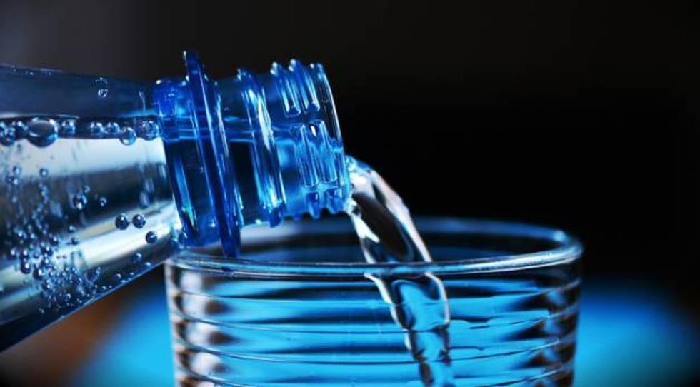Fin de la 'guerra del agua': una teleoperadora condenada a suministrar  botellas de agua mineral a su plantilla | Mis derechos | EL PAÍS