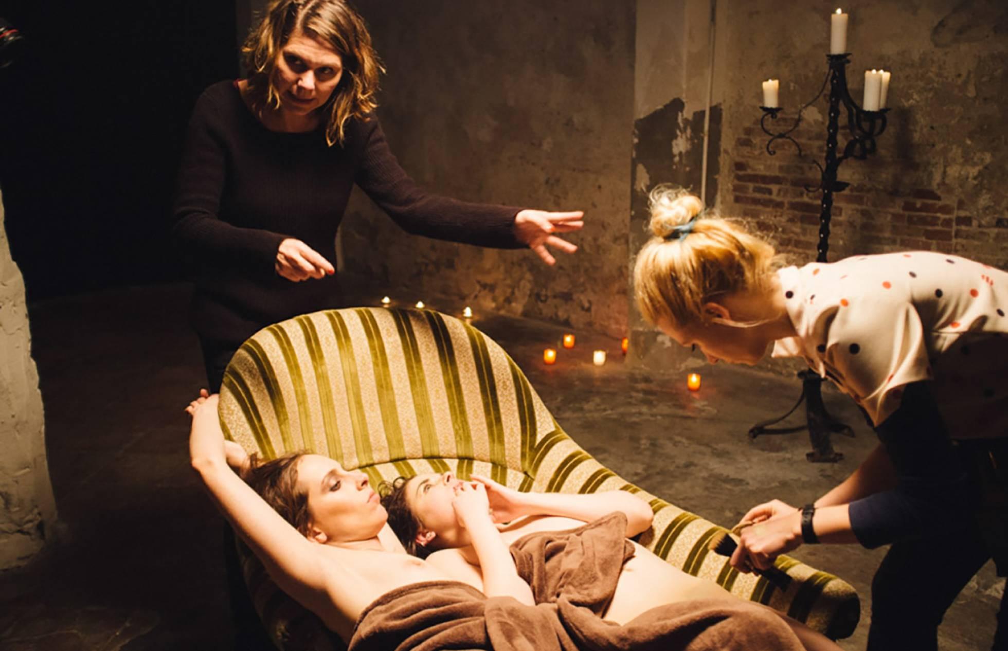 La directora Erika Lust (arriba, a la izquierda), durante uno de sus rodajes.