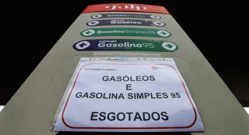 Un cartel indica la falta de suministro en una gasolinera de Portugal el pasado abril.
