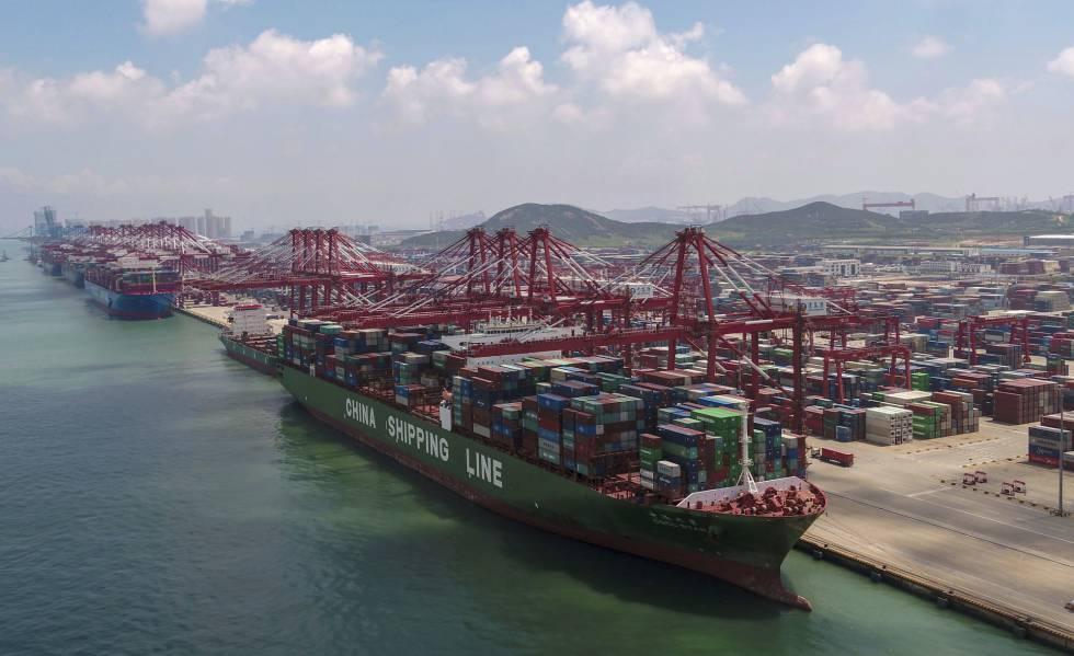 Un mercantile nel porto di Qingdao (est della Cina), il 6 agosto.