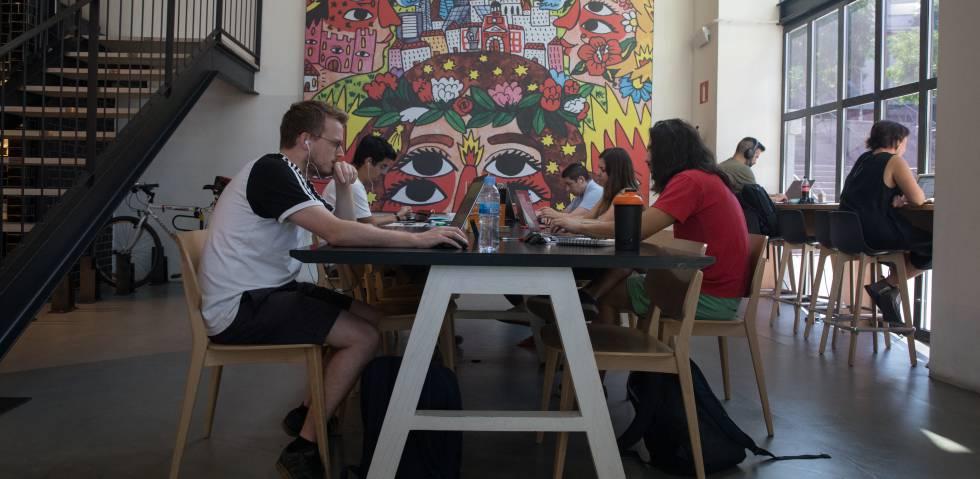 Varios emprendedores trabajan en el Campus Google de Madrid.