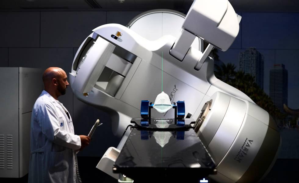 Un médico junto al acelerador lineal del Hospital de Mar, en Barcelona.