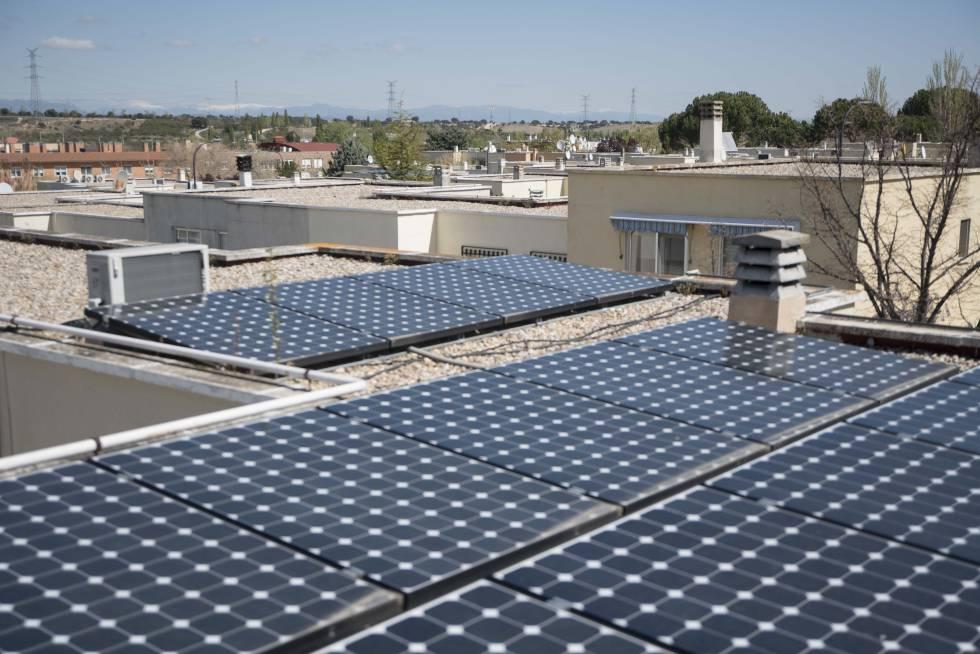 Paneles solares en un edificio de viviendas en San Sebastián de los Reyes.