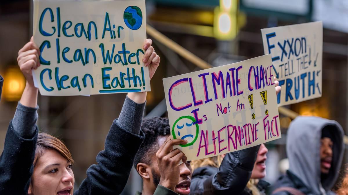 Um grupo de ativistas defende a investigação da petroleira ExxonMobil, que mentiu durante décadas sobre sua contribuição à mudança climática.