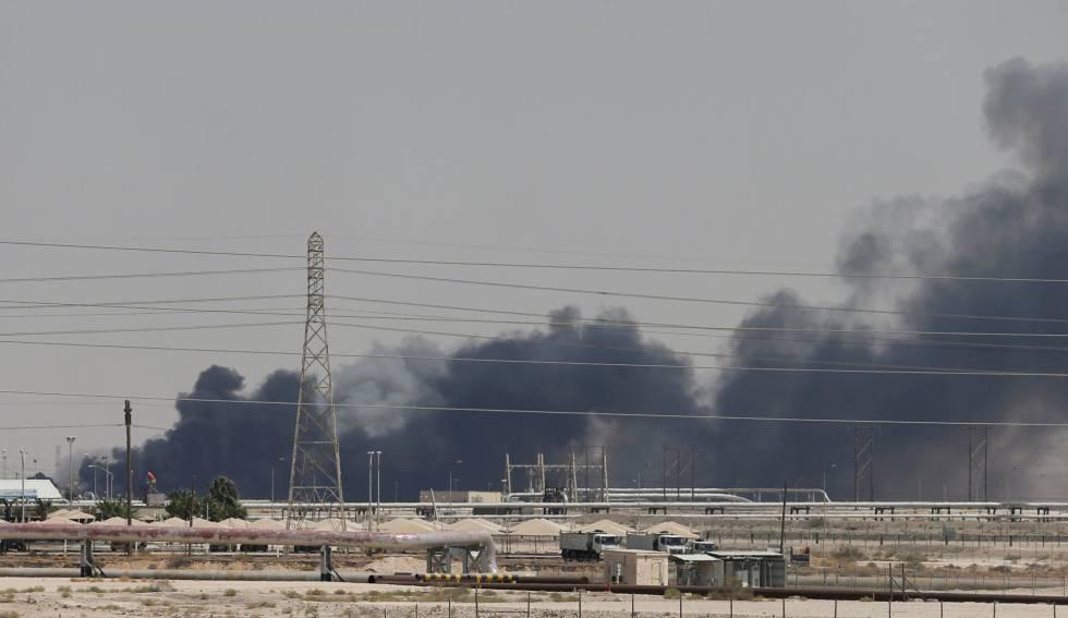 Cortinas de humo procedente del fuego en la refinería de Aramco al este de la ciudad de Abqaiq, en Arabia Saudí, el pasado sábado.
