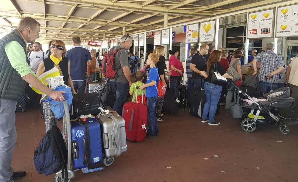 Pasajeros británicos de la compañía Thomas Cook hacen cola en el aeropuerto de Antalya, en Turquía, tras el colapso de la compañía.