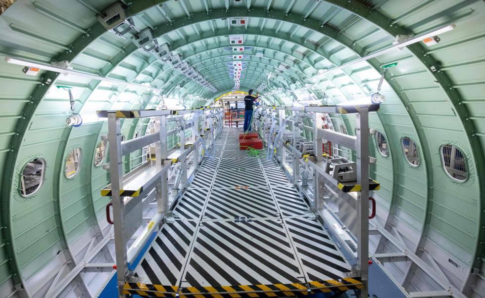 Un técnico trabajando en el fuselaje de un avión en una planta de Airbus en Hamburgo (Alemania)