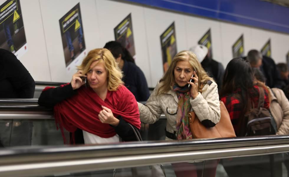 Usuarios de móvil en el centro de Madrid
