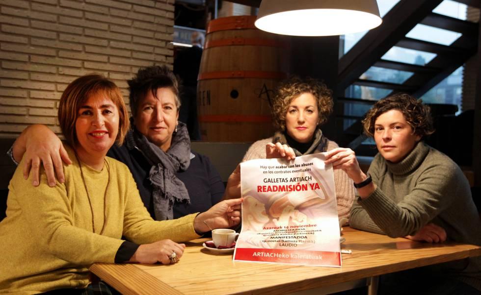 Trabajadoras despedidas de Artiach, el viernes en Llodio (Álava).