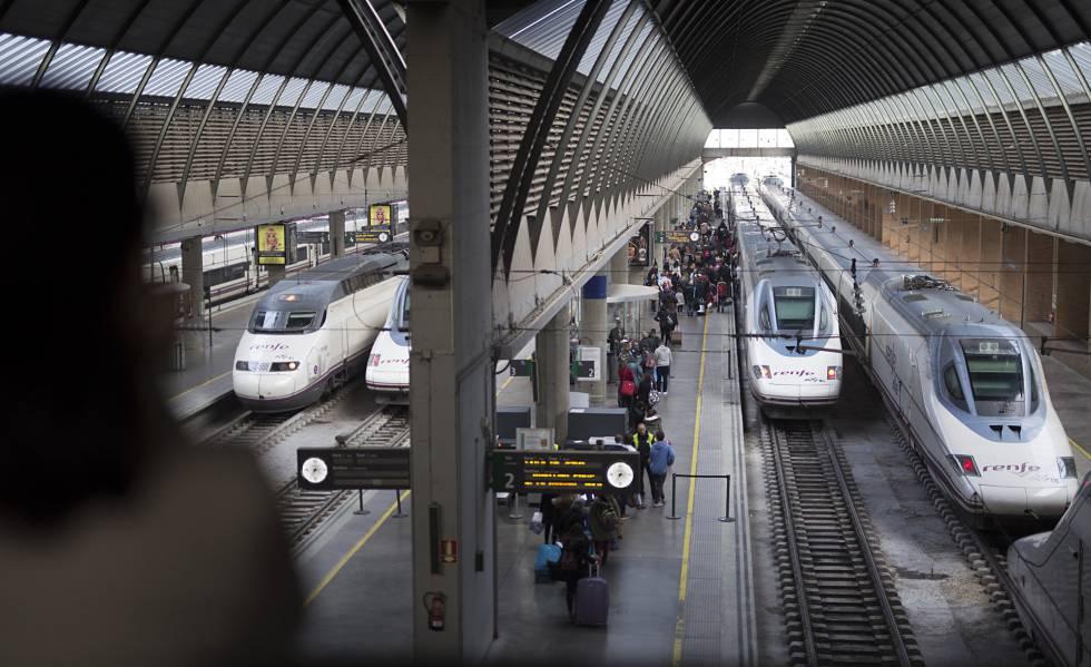 Viajeros de AVE en la estación de Santa Justa, en Sevilla.