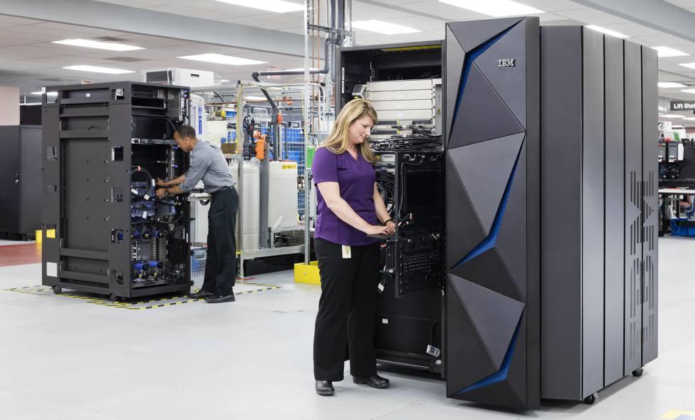 Operarios de IBM trabajan en un superordenador.