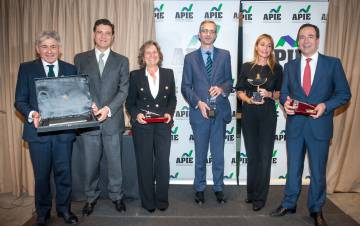 Valentin Pich and Pascual Fernández, honorary members of the APIE, and the Tintero and Secantes awards: Pilar González de Frutos, Pablo Hernández de Cos, Esther Alcocer and Gonzalo Gortázar.