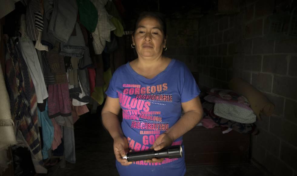 Clara Gregorio sujeta una lintera, en su casa en la comunidad de El Jobo.