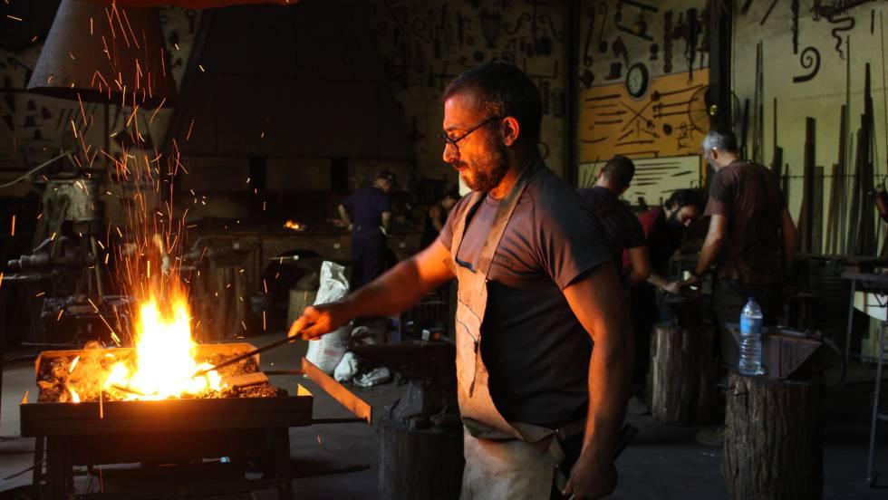 Un alumno de Ramón Recuero en su taller durante una de sus clases de forja.