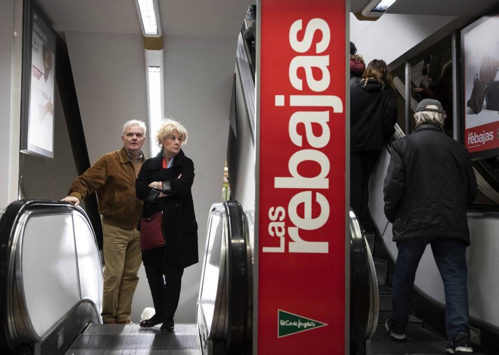 Kunden steigen an diesem Dienstag die Treppe des El Corte Inglés in der Straße Preciados im Zentrum von Madrid.