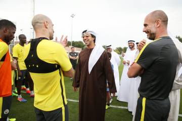 El jeque Sheikh Mansour, dueño del Manchester City, conversa con Pablo Zabaleta y Pep Guardiola en Abu Dhabi.