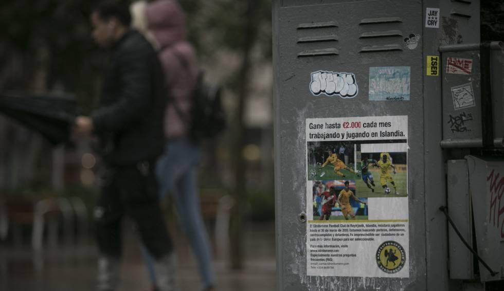 Cartel en Barcelona de un club de futbol de Islandia que recluta a jugadores a cambio de un salario de 2000 euros y un trabajo.