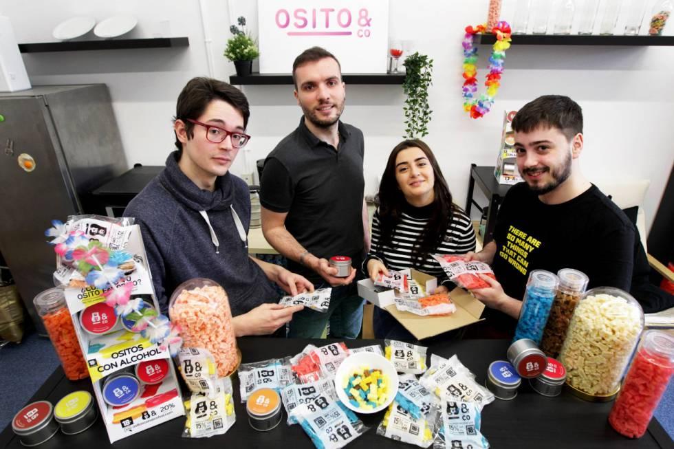 De izquierda a derecha, Adrián Alonso, Julen Costa, Tamar Gigolashvili y Pablo López, miembros de la 'start-up' vasca de gominolas Ositos&Co.