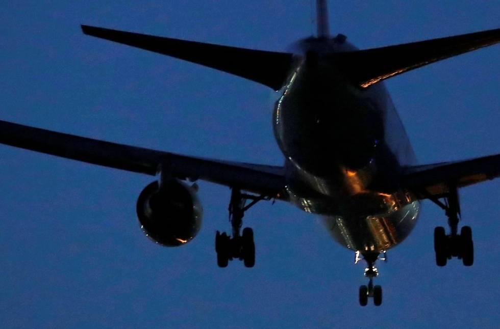 Un avión de Air Canada, con una de las ruedas dañada, momentos antes de realizar el aterrizaje de emergencia este lunes en Barajas.