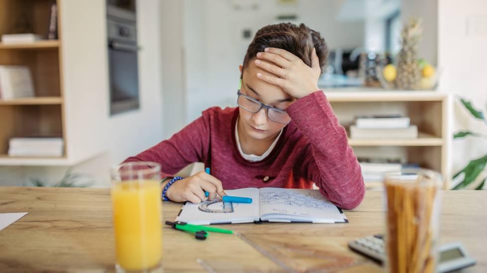 Un niño se enfrenta a una tarea de matemáticas.