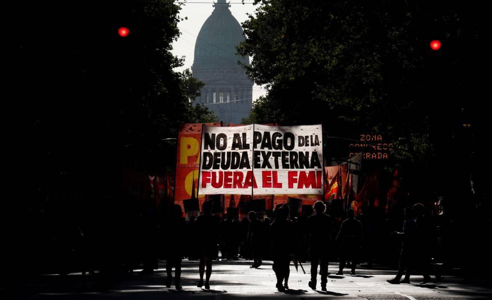 Manifestantes marchan el miércoles 12 de febrero contra la presencia de una misión del FMI en Buenos Aires.