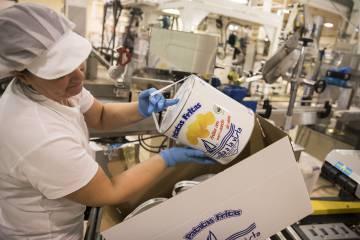 A Bonilla a Vista worker packs cans of potatoes at the Arteixo factory (A Coruña).