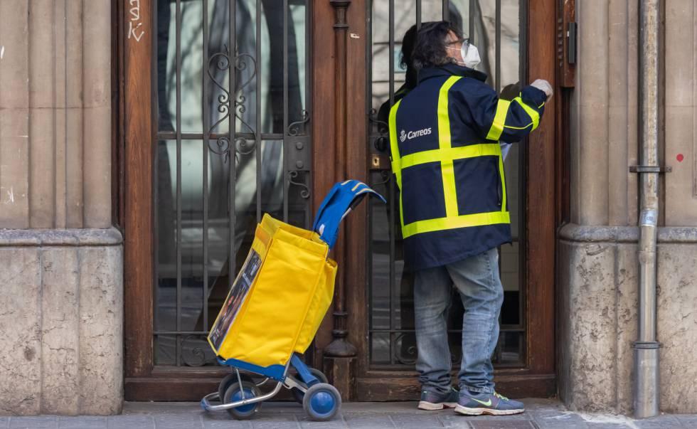 Un mensajero de Correos durante una jornada de trabajo con las nuevas medidas sanitarias.