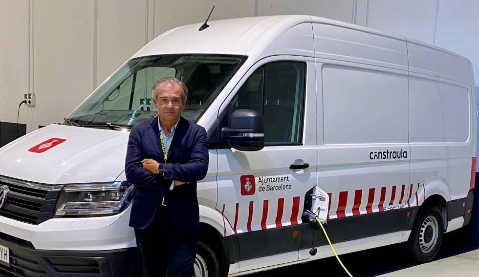 Francisco Ullod junto a uno de los furgones eléctricos de Constraula.